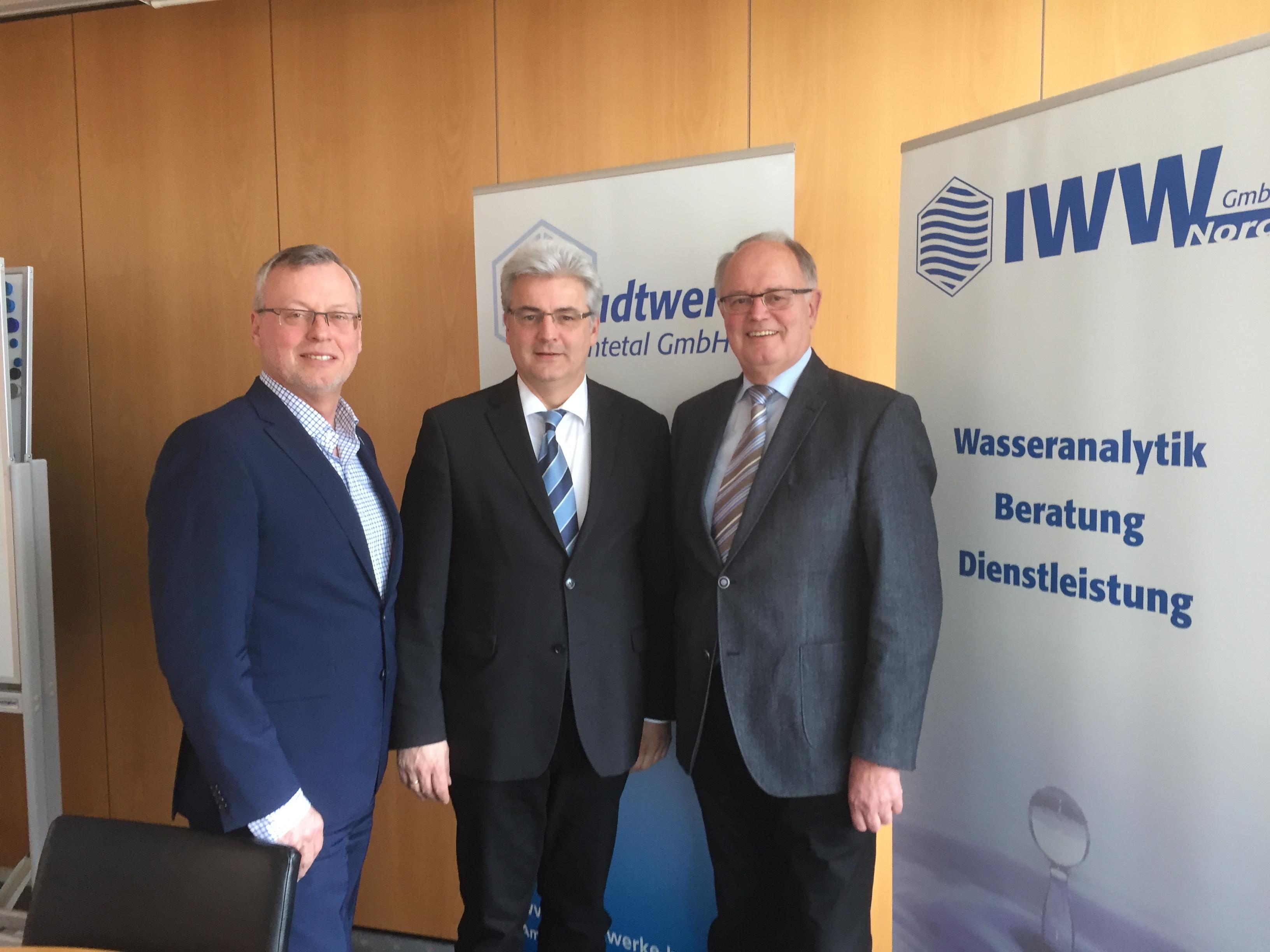 Foto: Bundestagsabgeordneter Axel Knoerig (M.) mit Geschäftsführer Waldemar Opalla und dem Aufsichtsratsvorsitzenden Horst Glockzin bei den Stadtwerken Huntetal