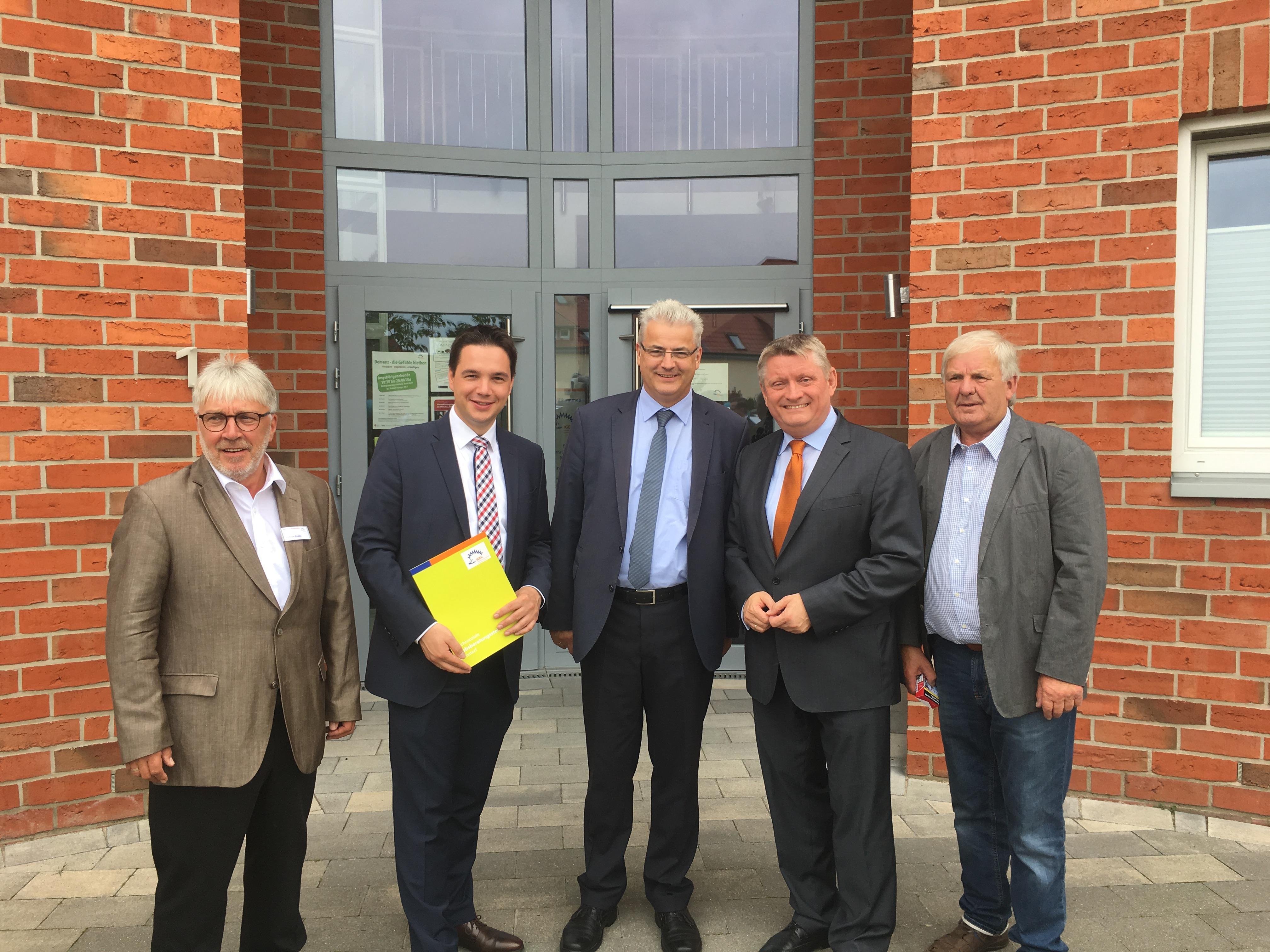 Außerdem auf dem Bild: IGEL- Vorsitzender Johann Knake, CDU-Landtagskandidat Marcel Scharrelmann und Kreistagsabgeordneter Theo Amelung (v.l.).